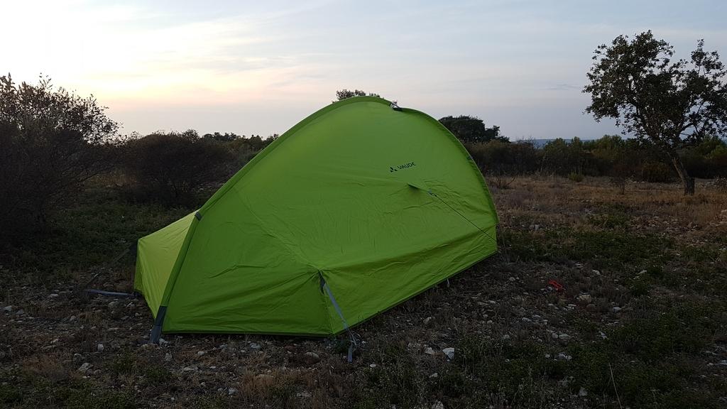 L'arrière de la tente - Au milieu, l'arceau central. Les 2 côtés à fixer avec des sardines