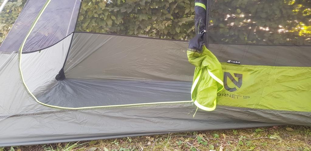 Sol de la tente sans footprint supplémentaire. Le sol (plancher) est solidaire des murs