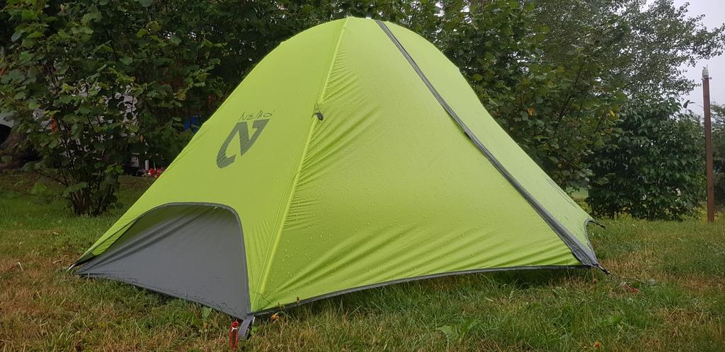 Photo de tente sous la pluie